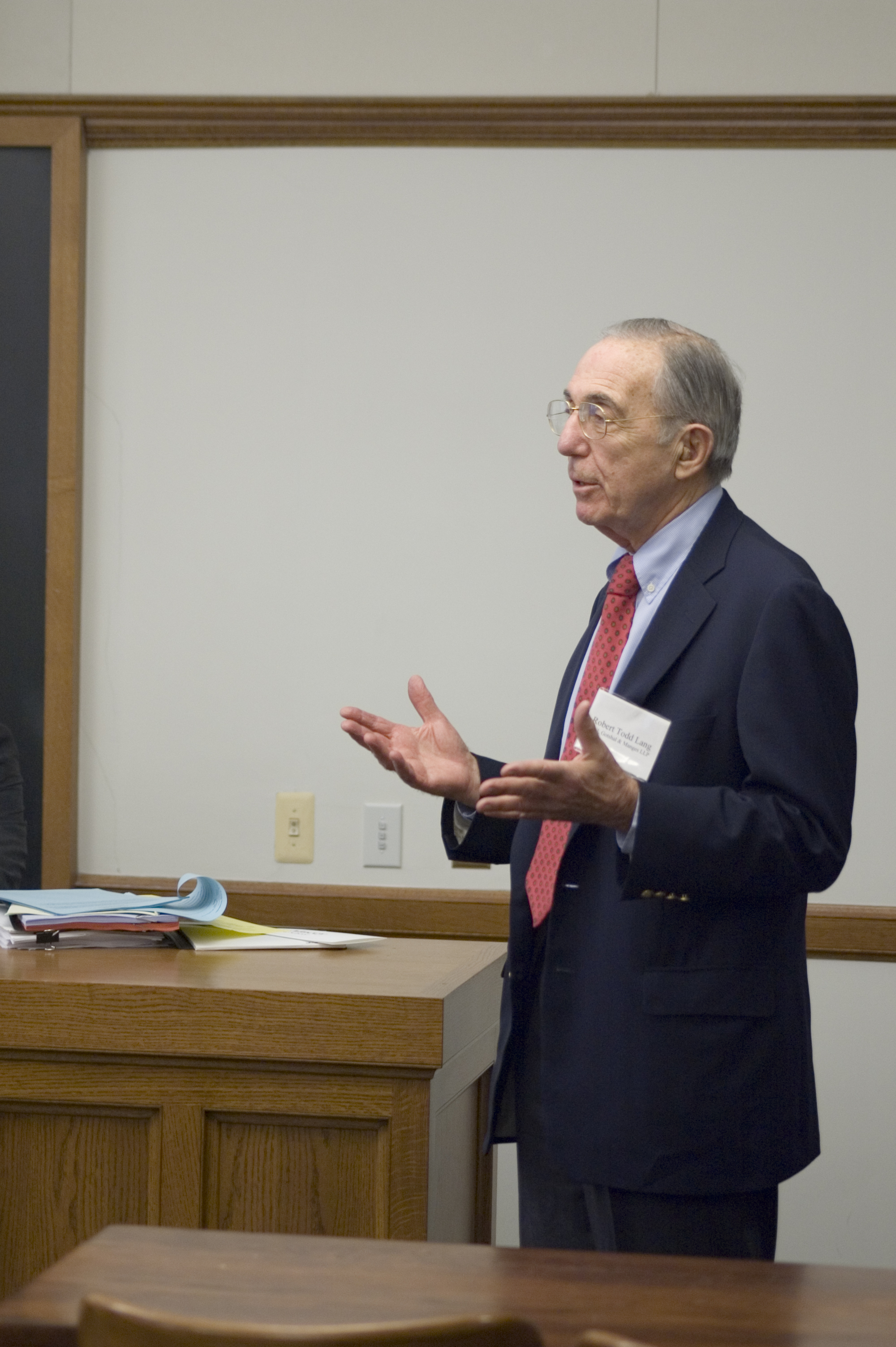 Robert Todd Lang '47 welcomes Roundtable participants
